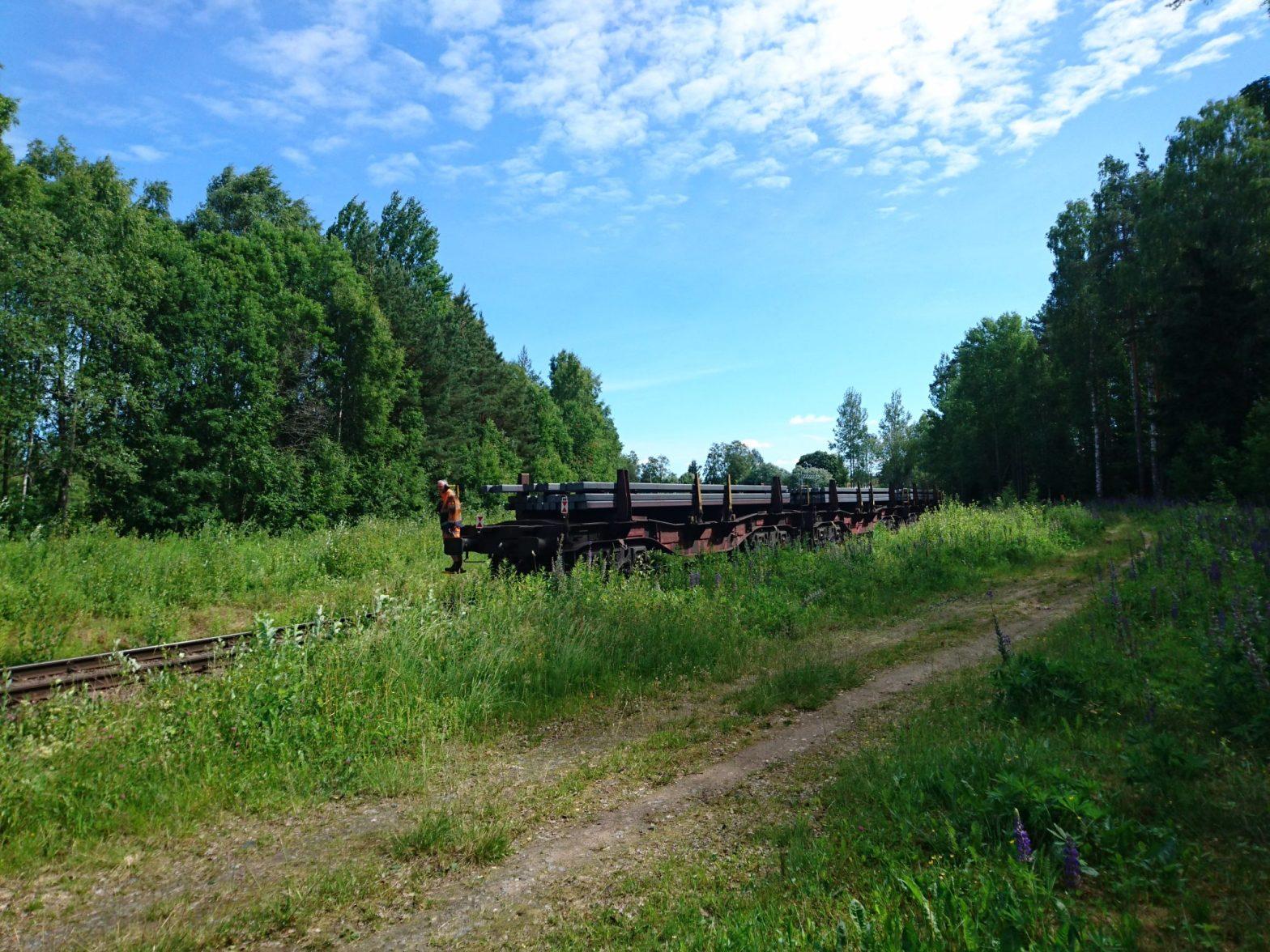 Tåg mot Ovako Steel passerar Djurkyrkogården Hällefors