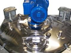 Cuve INOX avec sur le dessus : 1 melangeur ahgitateur, 1 trappe d'acces avec fermeture rapide, 2 piquages bouchonnés, les angles représentent le ssupports car cuve empliable