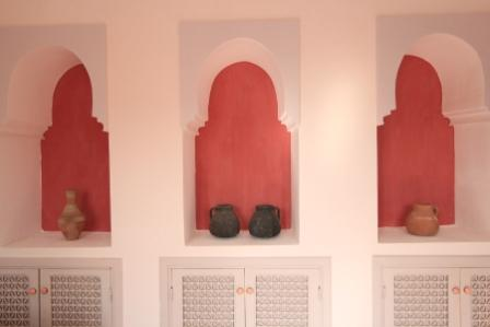 Living rooms in both Villa and Garden Apartment Arabesque have beautiful built in storage and feature Islamic arches