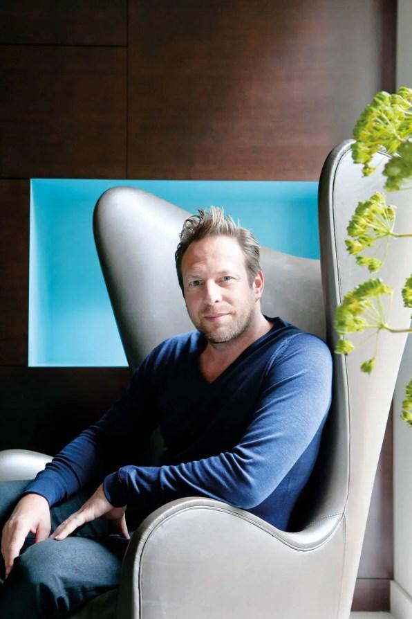 Damien assis dans l'une de ses plus belles créations : la bergère « Happiness » (Sé).