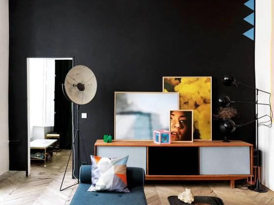 Ambiance revival fifties et poésie vintage dans le salon peint en noir profond.