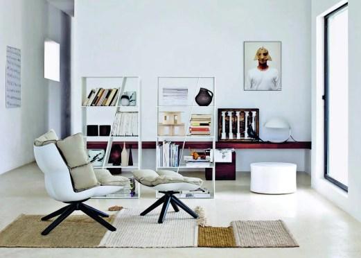 Dans le coin lecture : deux bibliothèques « Shelf » en Corian® blanc, design Naoto Fukasawa ; fauteuil et repose-pied « Husk » de Patricia Urquiola ; tabouret circulaire en céramique « White » de Marcel Wanders, le tout B&B Italia. Sur l'étagère d'iroko huilé, lampe Martinelli Luce.