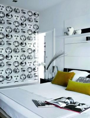 Douceur des motifs Fornasetti (papier Cole & Son) dans la suite parentale qui voit le lit adossé à une composition quasi imperceptible de métal et miroir (« Load-it » de Porro).