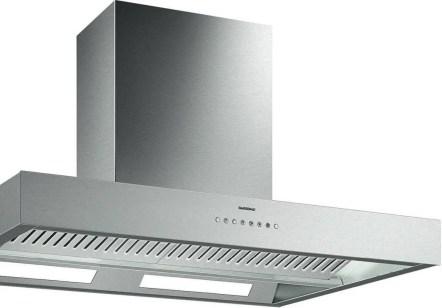 3. En Inox ou aluminium, la hotte Gaggenau 400, conçue pour les îlots, occupe un rôle central dans une cuisine contemporaine bien dessinée.