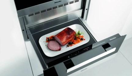 12. Les tiroirs chauffants de Miele ne se contentent plus de maintenir les plats et assiettes au chaud, ils deviennent de véritables outils de cuisson à basse température.
