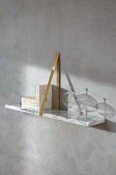 Etagäre-T-Square,-Michael-Anastassiades,-marbre-et-laiton,-910e,-Co-Edition-au-Bon-MarchÇ-Rive-Gauche