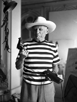 picasso-with-the-revolver-and-hat-of-gary-cooper-1959-by-andre-villers