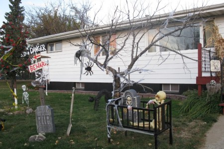 Cool halloween decorations to make at home best room decor ideas super scary halloween decorations cute halloween decorations can make your celebration stunning diy outdoor halloween decorating ideas best halloween images solutioingenieria Images