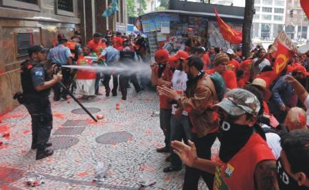 Repressão diante da ANP, como no tempo da ditadura militar.