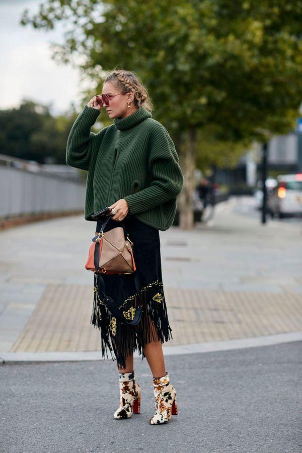 Un maglione e una gonna sfrangiata