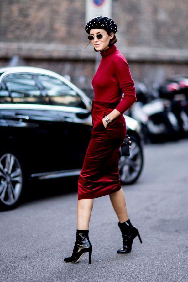 Velluto rosso, stivali di vernice e un berretto