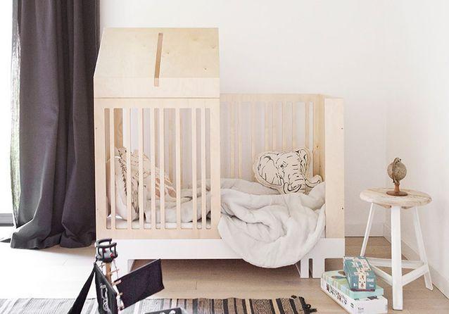 un lit cabane dans la chambre d enfant