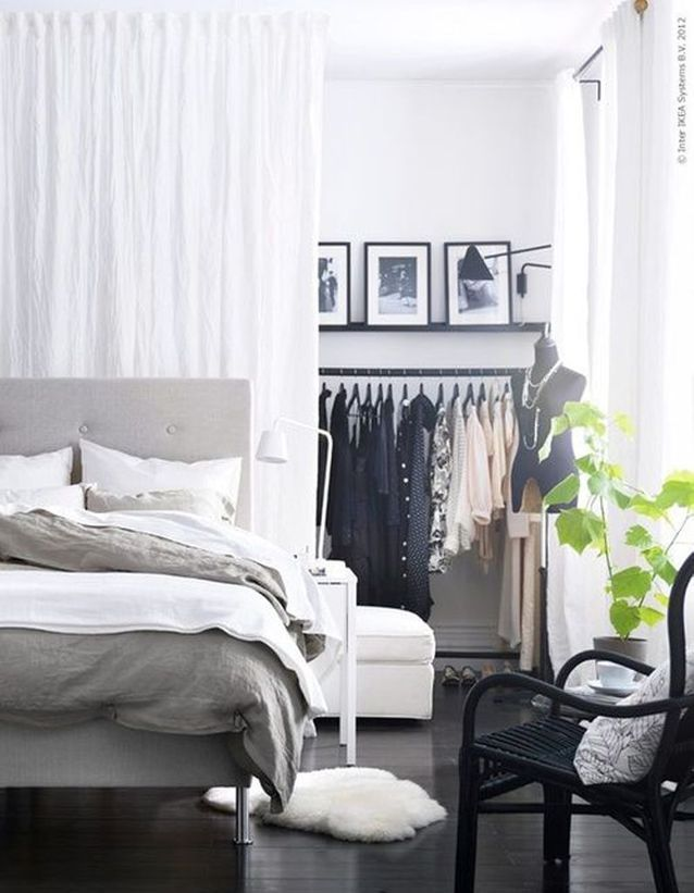 des rideaux derriere la tete de lit