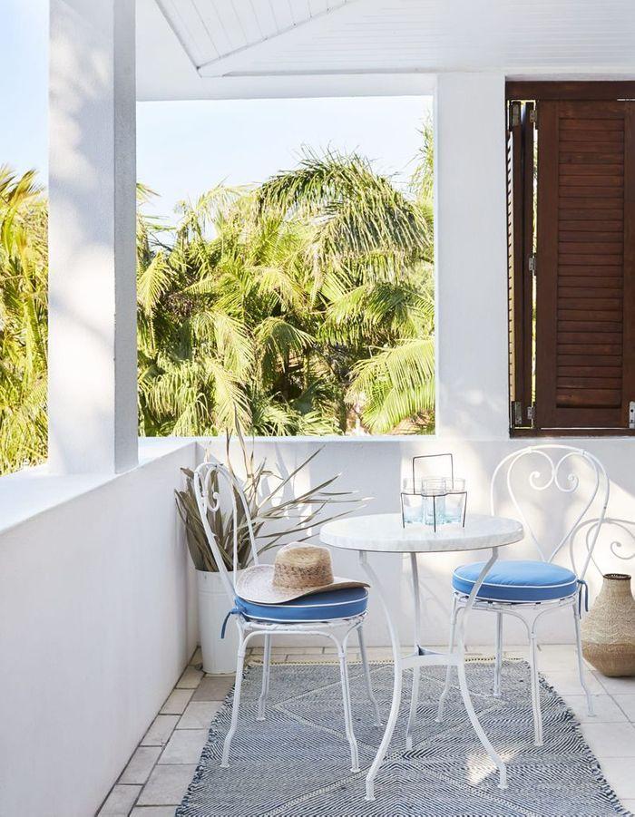 cheap parier sur le mobilier blanc pour un petit balcon clatant with ide dco balcon en longueur