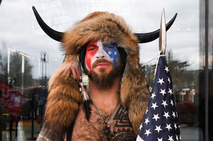 Qui est Jake Angeli, l'homme aux cornes de Viking, photographié au Capitole  ?