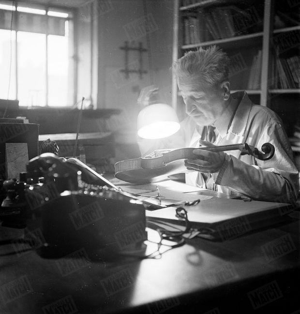 « Le docteur Locard expertise un violon attribué à Stradivarius. » - Paris Match n°99, 10 février 1951