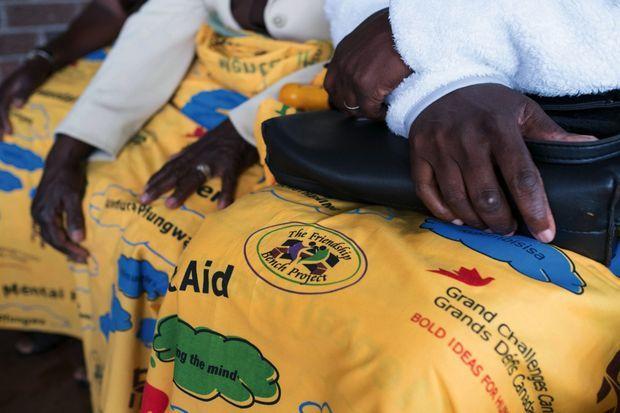 En shona, « Kuvhura Pfungwa » signifie « Ouvre ton esprit ». C'est l'antienne inscrite sur les pagnes que portent les bénévoles.