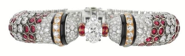 Facendo eco ai palines veneziani, un braccialetto di diamanti, onice e spinello rosso.