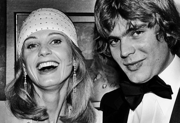 Jill Ireland et son fils adoptif Jason McCallum, lors d'un cocktail à Beverly Hills, en 1979.