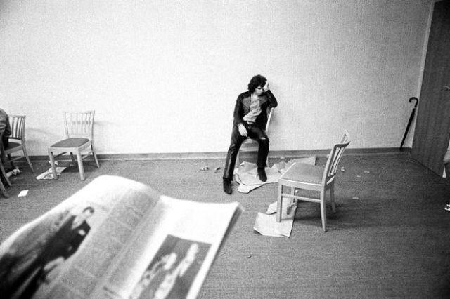 Usure et solitude. Jim Morrison en coulisses lors d'un concert à Francfort en septembre 1968.