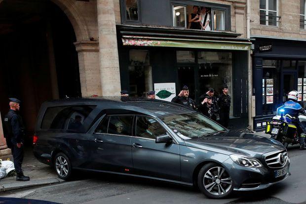 Le corbillard portant le cercueil de Jacques Chirac quitte la rue de Tournon, dimanche.