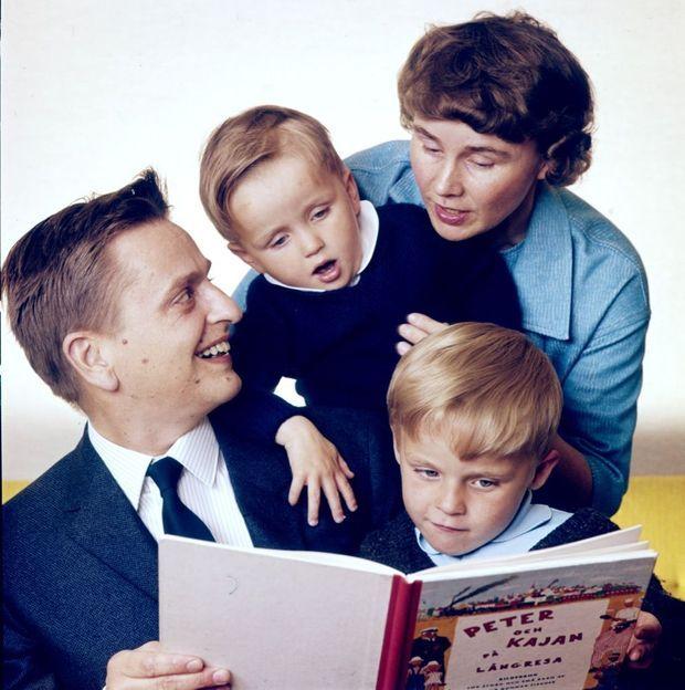 Olof Palme avec son épouse Lisbet et leurs deux fils Joakim et Mårten en 1964.