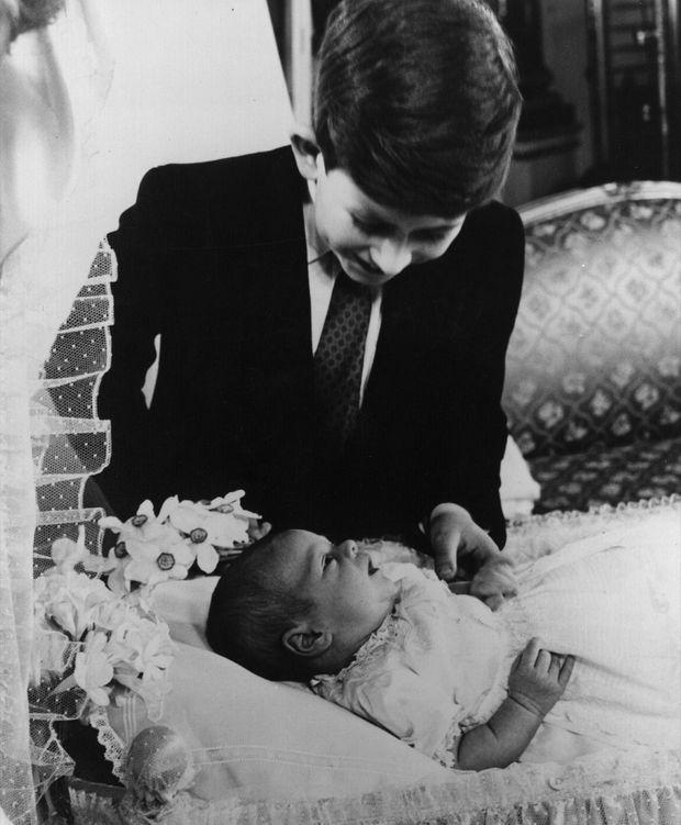 Le prince Charles et son petit frère Andrew en mars 1960.