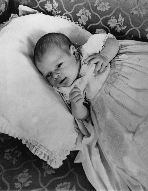 Le petit Prince Andrew, âgé d'un mois, le 23 mars 1960 au Palais de Buckingham.