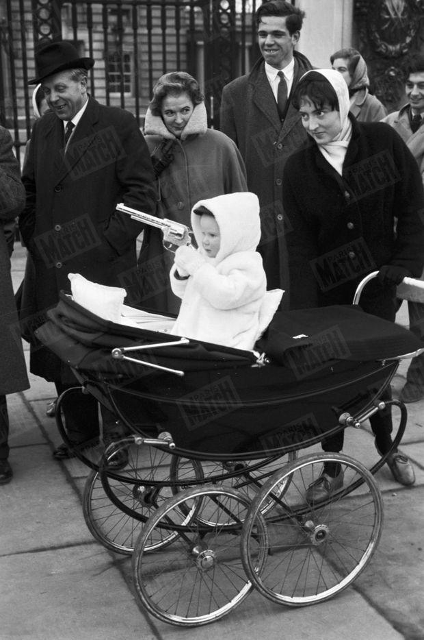 « C'était l'heure du goûter et les nurses qui retournaient à la maison embouteillèrent le quartier avec les voitures d'enfants. » - Paris Match n°568, 27 février 1960