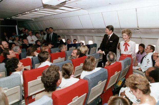 L'accueil des derniers otages du vol TWA 847, par le président américain Ronald Reagan et son épouse Nancy à l'Andrews Air Force Base près de Washington, en juillet 1985.