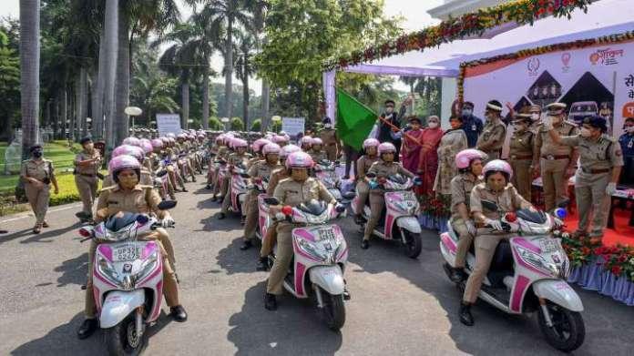 Women Saftey in Lucknow: Anandiben flags off pink patrol  । लखनऊ में अब 'मनचलों' की खैर नहीं, गवर्नर