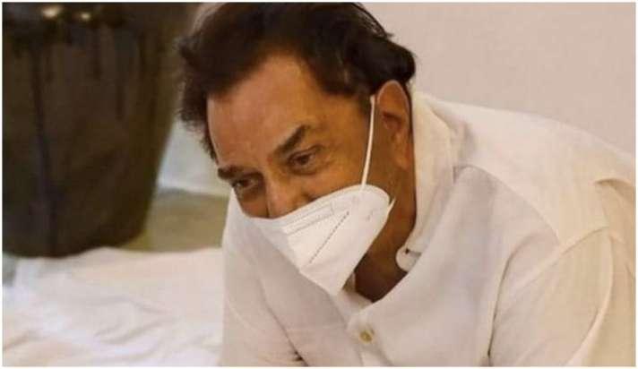 दिलीप कुमार के पार्थिव शरीर को देख जब सायरा ने कहा: 'धरम, देखो साहब ने पलक  झपकाई.. मेरी जान ही निकल गई'-dharmendra shares last photo with dilip kumar  wrote Saira ne jab