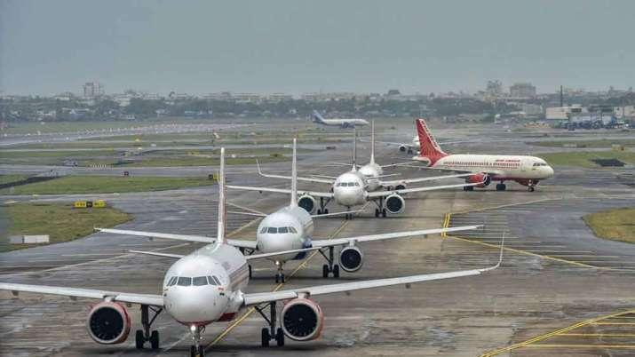 अक्टूबर में घरेलू विमान यात्रियों की संख्या 57 प्रतिशत घटकर 52.71 लाख पर