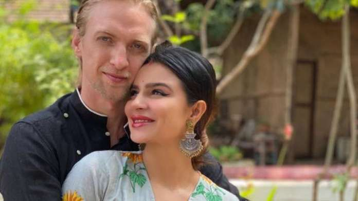 Aashka Goradia, husband Brent Goble test positive for COVID-19 | Latest News Live | Find the all top headlines, breaking news for free online April 29, 2021