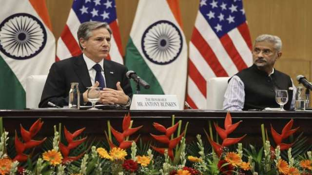 अमेरिकी विदेश मंत्री एंटनी ब्लिंकन, बाएं, बोलते हैं