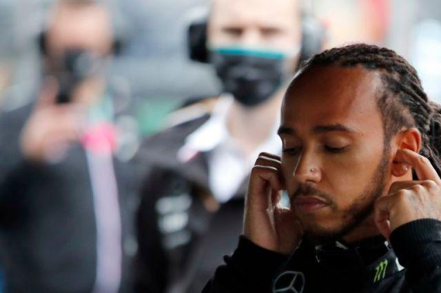 El piloto de Mercedes Lewis Hamilton en los boxes, con parte de su equipo; la comunicación en el final de la carrera fue tensa