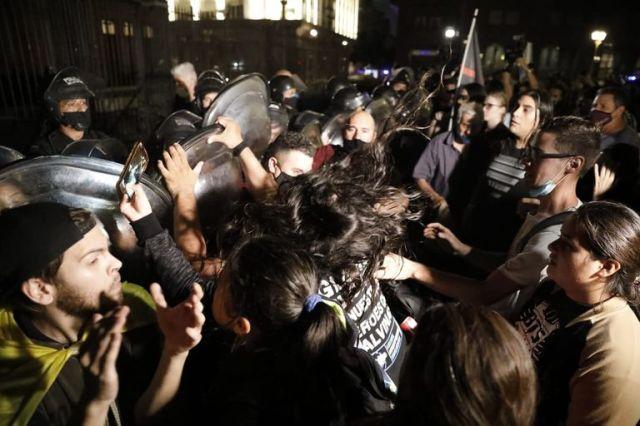 Tensión frente a Casa Rosada con grupo de escépticos respecto al coronavirus y la pandemia que se congregó en Plaza de Mayo.