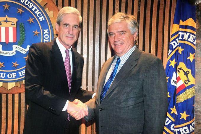 Robert Mueller, director del FBI entre 2001 y 2013, durante las administraciones de George W. Bush y Barack Obama, despide a José Luis Vila, destacado durante una década en los Estados Unidos