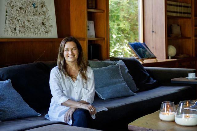 """Carla Bechelli, retratada en el sofá en """"L"""" (Negro)."""