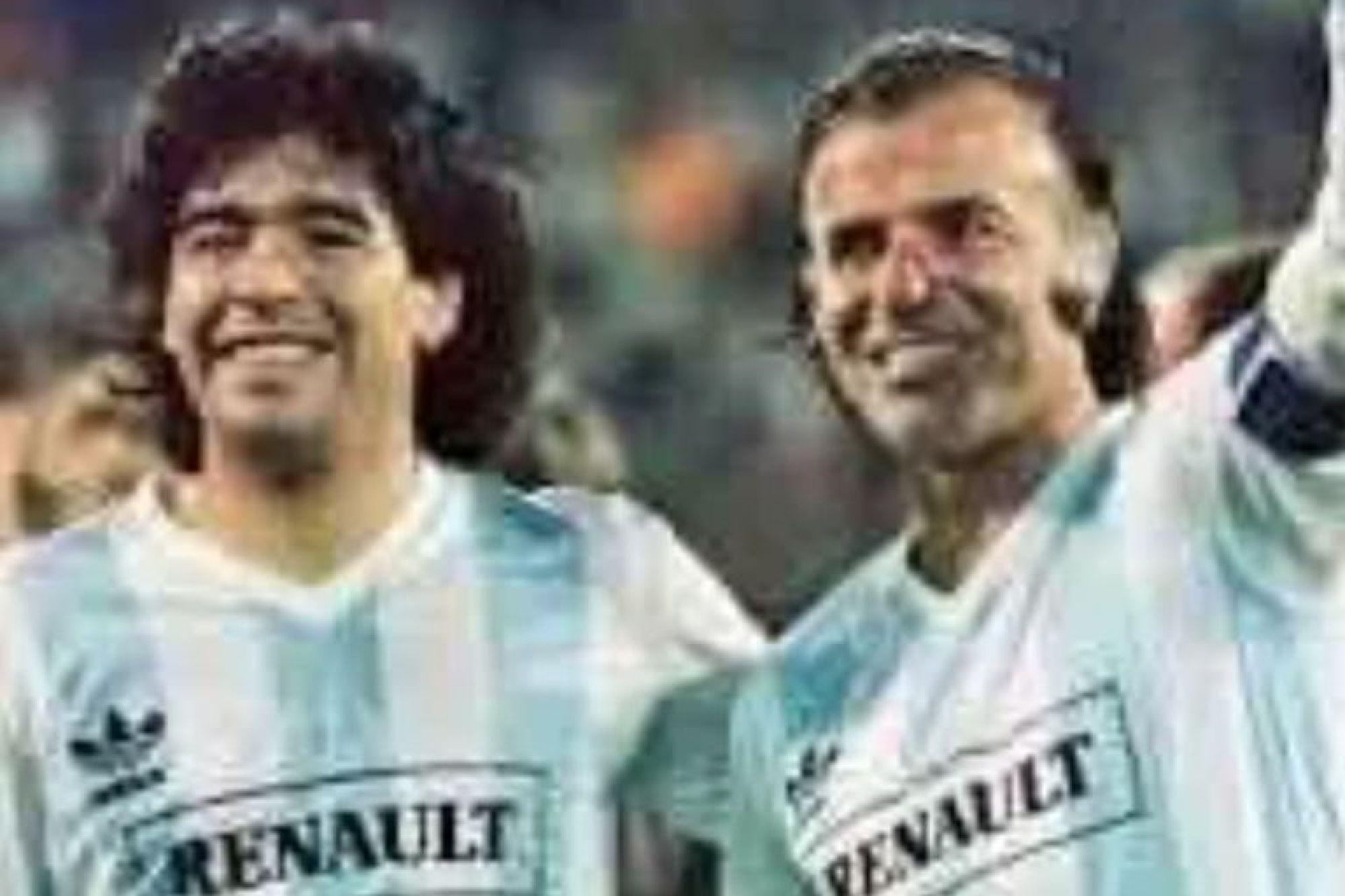 Maradona junto al expresidente Carlos Menem, en un partido benéfico de 1989