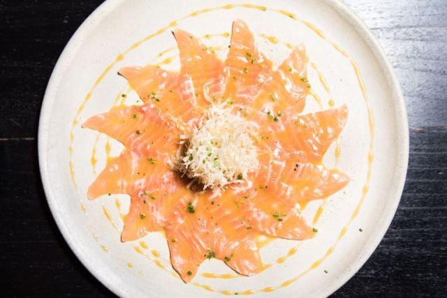 Láminas de salmón marinadas con lima, maracuyá y masa philo crocante en Lima Estilo Nikkei.