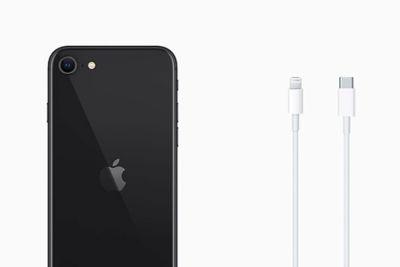 Los nuevos iPhone se venden sin cargador ni auriculares, aunque mantienen el conector propietario Lightning