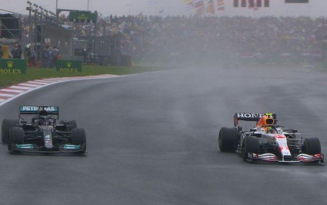 La lucha entre Hamilton y Pérez en la vuelta 35