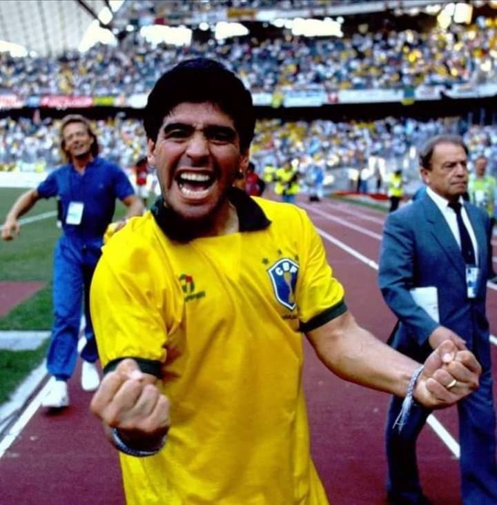 Diego, con la camiseta de su amigo Careca, tras eliminar a Brasil en Italia 90. Tremenda alegría. Detrás, Signorini.