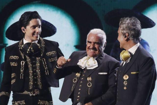 Vicente Fernández (en el centro) junto a un nieto Alex y a su hijo Alejandro