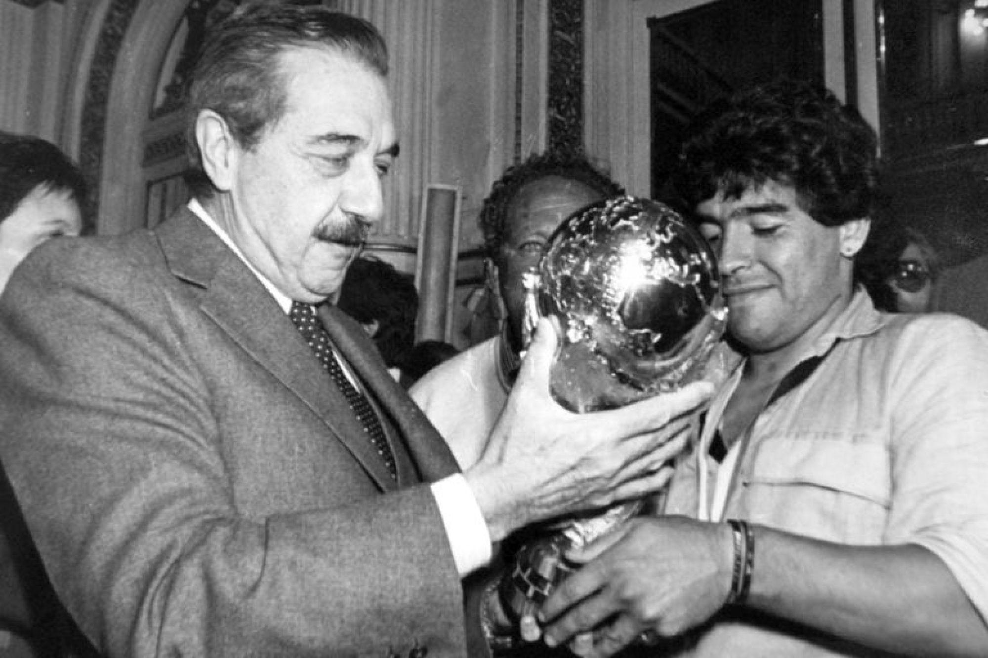 Diego Maradona le muestra a Raúl Alfonsín la copa obtenida en el Mundial 1986