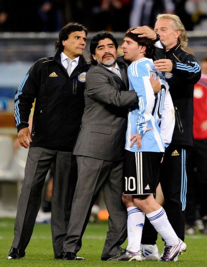 El consuelo a Messi, junto a Diego y el Negro Enrique, tras la eliminación en el Mundial 2010.