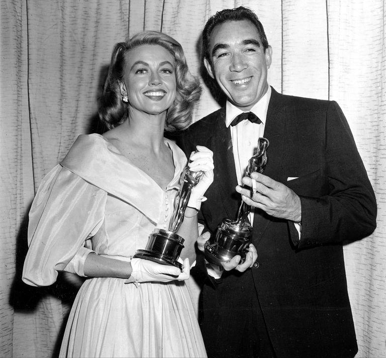 Quinn ganó en 1957 su segundo Oscar como actor de reparto por Sed de vivir; aquí, junto a Dorothy Malone, mejor actriz de reparto ese mismo año
