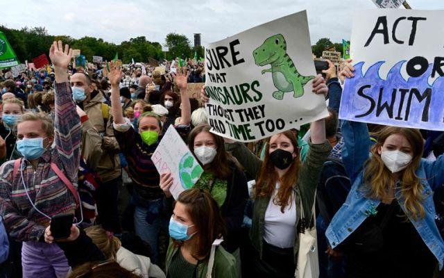 """""""Seguro que los dinosaurios pensaron que también tenían tiempo ..."""" dice una de las pancartas de la huelga climática global de Fridays for Future en Berlín, el 24 de septiembre de 2021"""
