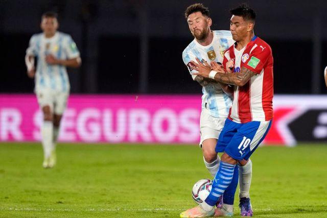 Santiago Arzamendia, frente a Lionel Messi